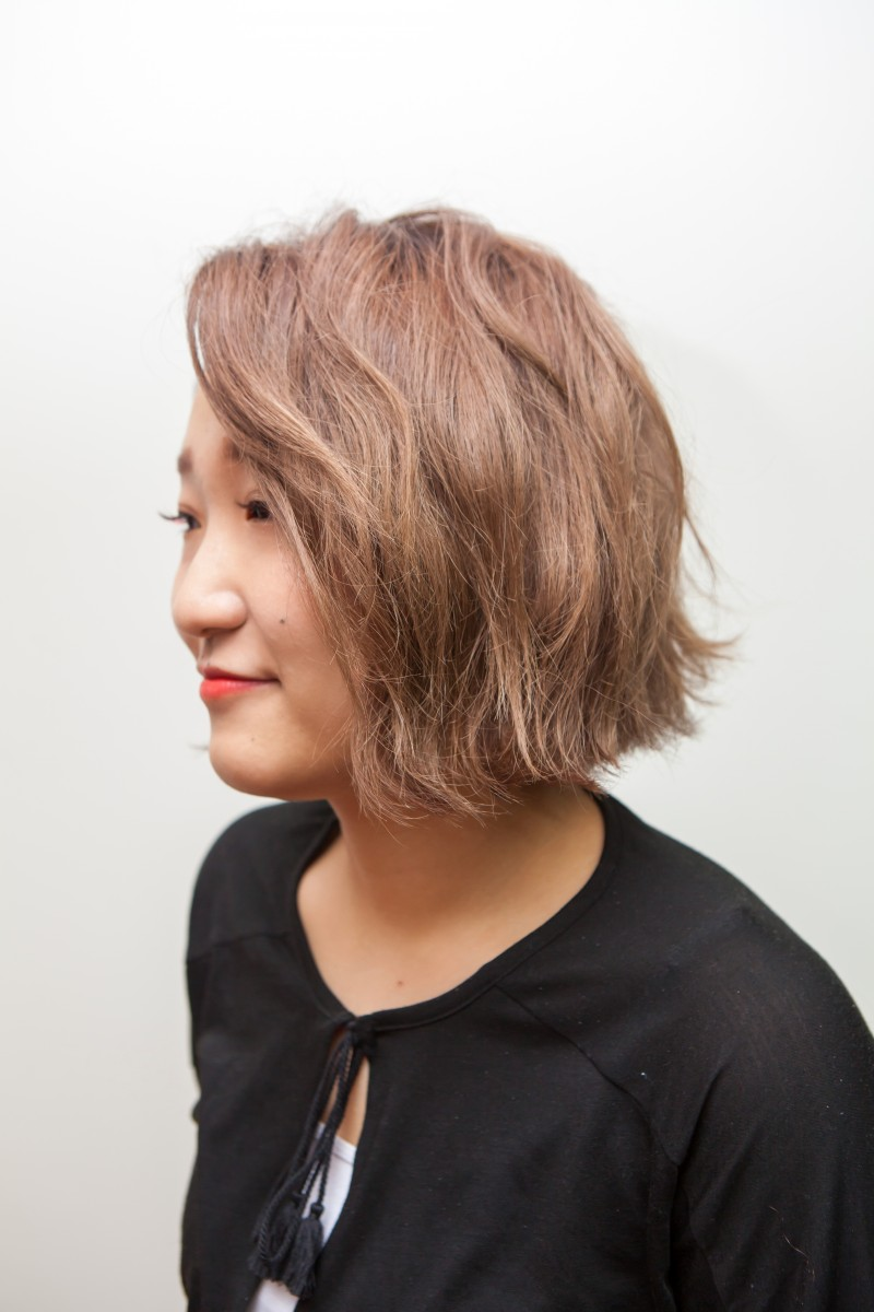 아이롱과 왁스로 평범한 단발머리를 반곱슬 느낌으로 자연스럽게 ...